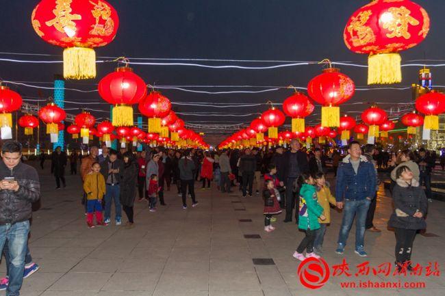 """2月11日""""我们的节日.元宵""""猜灯谜活动在高新区时代广场举行"""