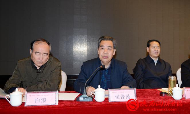 市文促会上届常务副会长侯普民代表上届领导班子作工作报告。记者 许艾学 摄